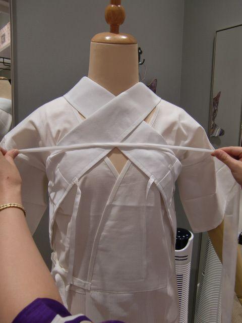 今回のウラワザは「浴衣に美容衿をキレイに着付ける方法」教えちゃいます 豆千代モダンには美容衿マイスターがいます! 今回はマイスターの着付け方法でご紹介...