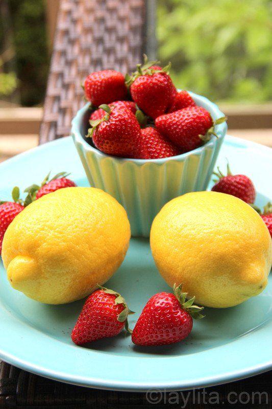Receta casera para preparar limonada de fresa o frutilla, o un refresco de fresa con limón, Se prepara en la licuadora con limones, fresas y miel.