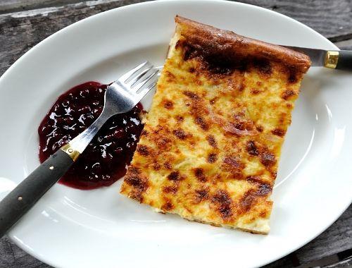 Ugnspannkaka med bacon eller fläsk. En god ugnspannkaka som du kan servera med lingonsylt.