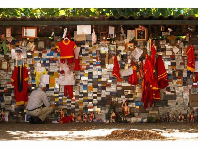 An Animitas shrine in Chile, by Claudio Núñez from Santiago, Chile [CC-BY-SA-2.0]