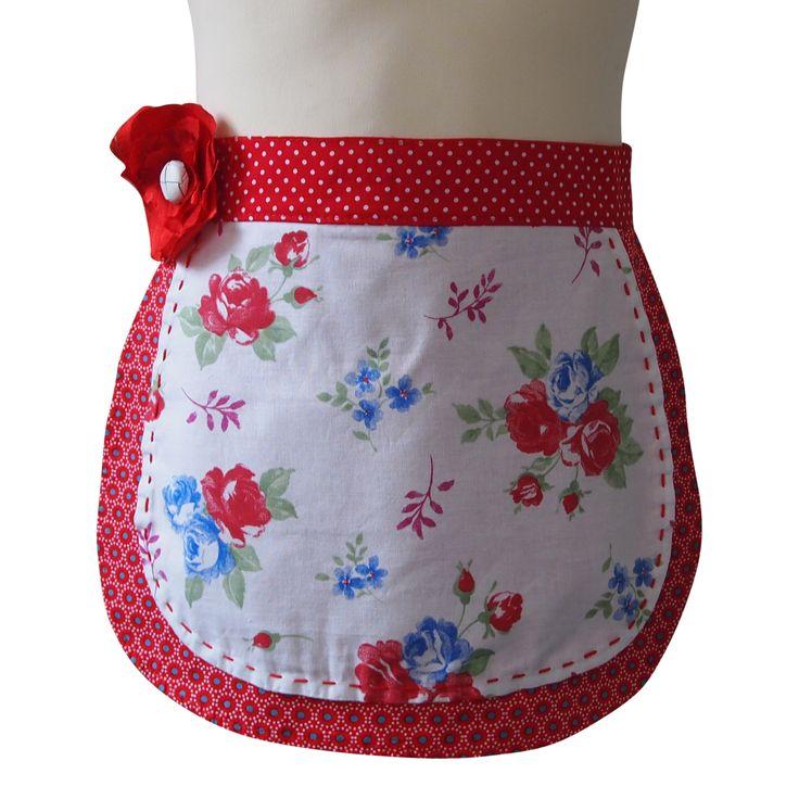 Kinderschort Suzy € 17,95.  Suzy is een schattig meisjesschortje met bloemetjes en dat uit twee laagjes bestaat. Je kleine meid zal dit schort graag dragen om je te helpen in de keuken of om te knutselen. Ze zal het niet meer uit willen doen!  Wil je dit schortje bestellen: mail me dan info@schortenvanarrabel.nl of kijk op mijn website www.schortenvanarrabel.nl Verzendkosten zijn € 2,25.