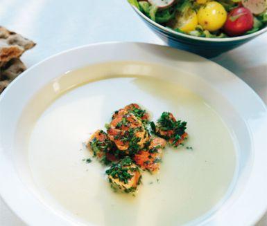 Potatis- och purjolökssoppa - denna gillade barnen. Vi toppade med varmrökt lax och grönsaker