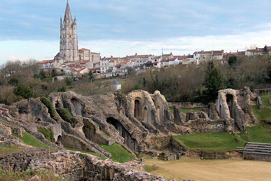 Saintes, Charente-Maritime, is a city with a rich Gallo-Roman, medieval and classical heritage particularly popular with tourists. Among its remains, we can admire the ruins of the Gallo-Roman amphitheater, built in 40 AD in which battles were held between gladiators or animals.