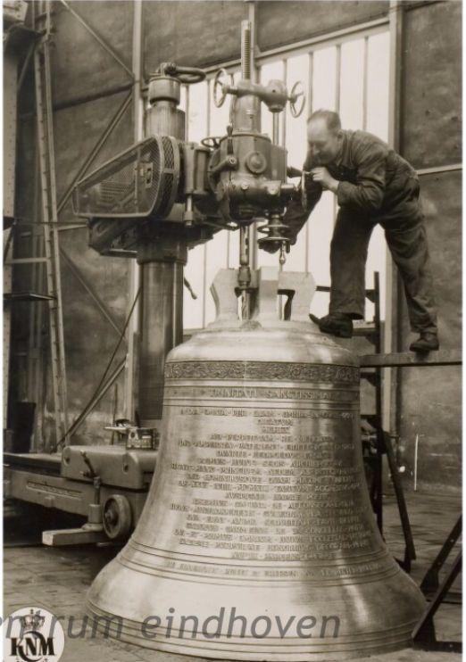 Kon. Ned. Machinefabriek v / h E.H. Begemann. Personeel aan het werk aan een luidklok van de firma Petit & Fritsen uit Aarle-Rixtel, 1960