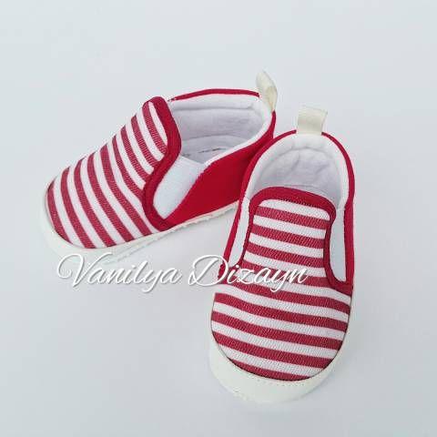 Kırmızı beyaz çizgili bağcıksız sneaker tarzı bebek patiği. sneakers, bebek converse, bebek ayakkabı