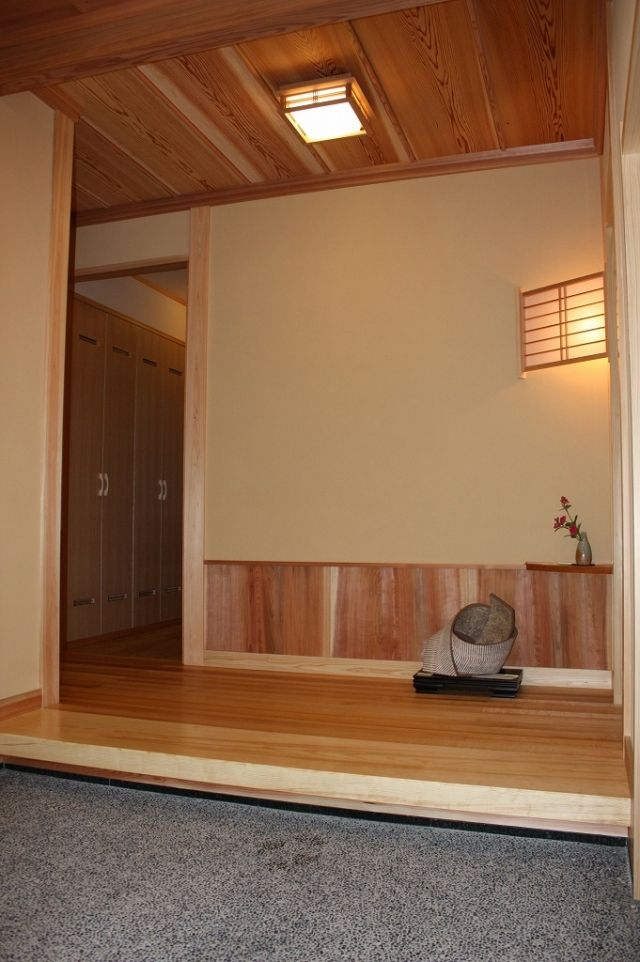 Contemporary traditional Japanese house design (more images at the link.)     自然に囲まれ佇む純和風住宅
