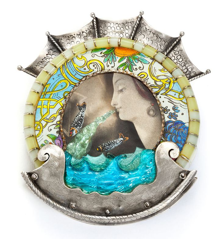Anchor-Robin Kranitzky & Kim Overstreet-Spilla, 2014 tecniche miste, argento, smalto, resina epossidica, frammenti di carta 7,62 x 6,35 x 1,58 cm Collezione privata, USA Kranitzky e Overstreet usano frammenti di cartoline e oggetti trovati nelle loro immagini per condurre l'osservatore in un mondo immaginario. In quest'opera, due vivaci pesci, abbandonati in un profondo oceano vorticoso di incertezza, cercano insieme la stabilità. La spilla è interamente fabbricata. Sala Arte - II Edizione…