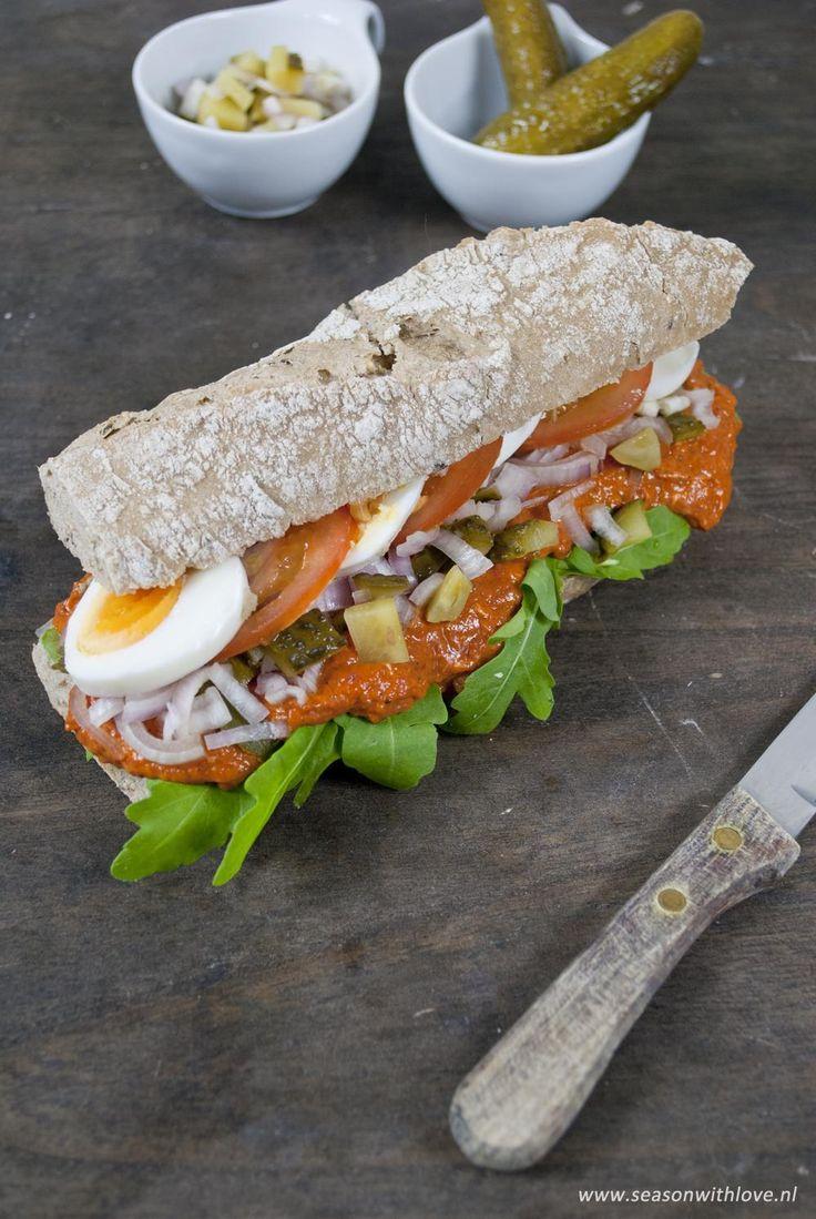 Een heerlijke rijk belegd Vlaams broodje Martino met een pittige Filet Americain, ui, augurk en ei. Genieten!