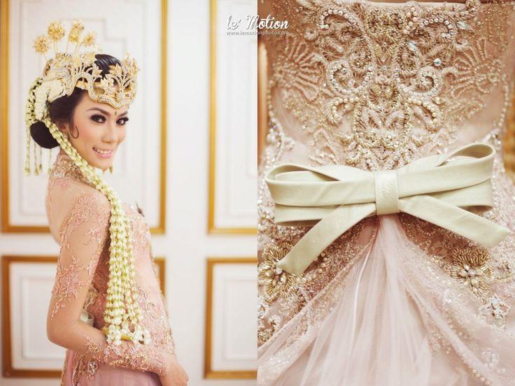 Modern Sundanese Wedding of Hallida and Gusti at Balai Sudirman, Jakarta. Kebaya from Ferry Sunarto and siger from Sanggar Ekayana - www.thebrideedpt.com #ferrysunarto #kebaya #kebayamodern #inspirasikebaya