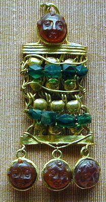 Joyas. No debemos olvidar  que muchas de las formas utilizadas eran  amuletos para propiciar la buena suerte o protección contra el mal de ojo (nudos de hércules, serpientes, cascabeles etc) en consonancia con el espíritu supersticioso de la civilización romana.