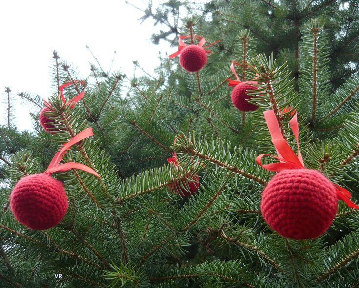 Háčkovaná koule II. Vánoční ozdoba háčkovaná z červené pletací příze s červenou stužkou, plněná dutým vláknem. Stužka není připeněná napevno, můžete ji zaměnit za jinou. Průměr koule je cca 5,5cm.