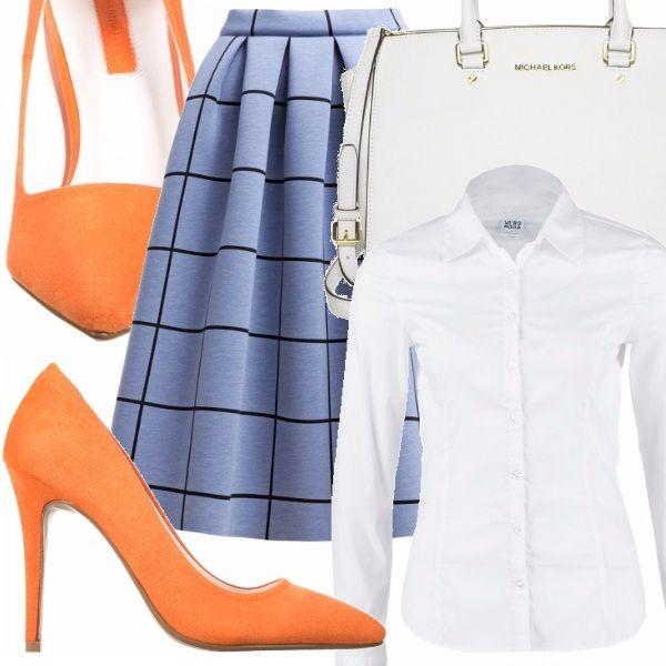 Camicia classica bianca a maniche lunghe, gonna a palloncino azzura con quadri neri lunghezza sotto il ginocchio, scarpe con tacco color arancio, borsa a mano bianca
