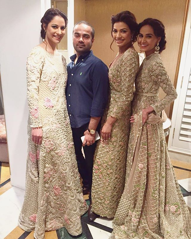 The genius himself! @farazmanan and his gorgeous models at the Faraz Manan Desert Royal showcase happening NOW! #farazmanan#qyt#pakistani#fashion#asian#fashion