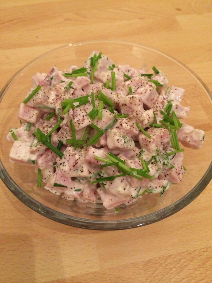 Resterne fra gårsdagens aftensmad - skinkesalat af en røget skinke