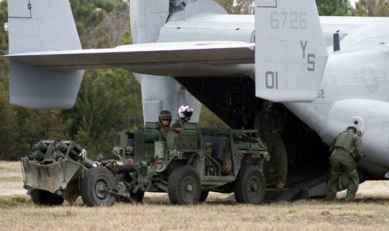 EFSS ripreso durante l'imbarco in un MV-22 Osprey- US Marine Corps photo