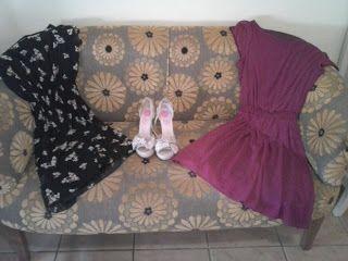 Sandalias de tacón de Giossepo. Vestido negro con estampado de flores de la nueva colección de Minueto.