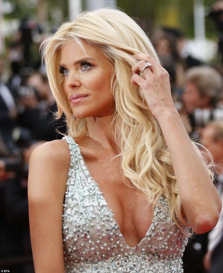 Блондинка: шведская модель Виктория Сильвстедт поставить на грудастая дисплей в декольте, обнажая серебристое платье