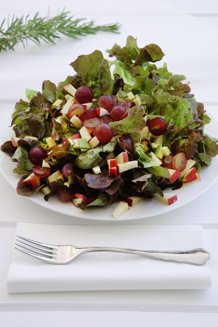 Lettuce Salad with Red Grapes - because we love fruits and vegetables! http://www.instyle.gr/recipe/salata-lola-kokkina-stafilia/