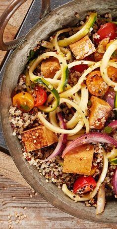 Die Quinoa-Pfanne mit Zucchini-Spaghetti, Sesam und kross gebratenem Tofu aus dem REWE Rezept macht angenehm satt und ist voller bunter Zutaten. » https://www.rewe.de/rezepte/quinoa-pfanne-zucchini-spaghetti-tofu/