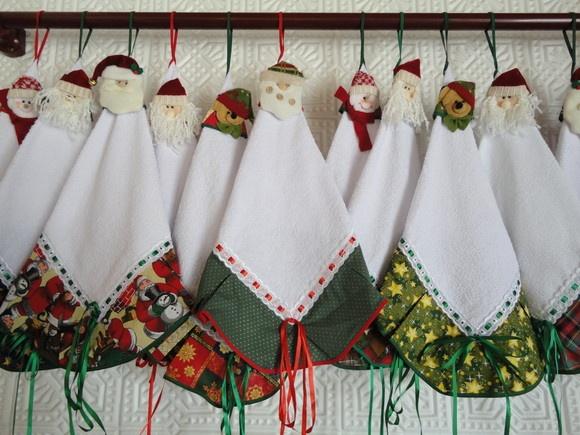 em tecido atoalhado branco, com barrado estampado motivo natalino, passa fita e enfeite retirável com motivos diversos (papai noel, urso, boneco de neve).
