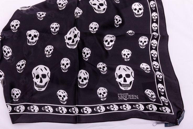 Шарф-платок Alexander McQueen черный с белыми черепами. Из мягкого натурального шелка