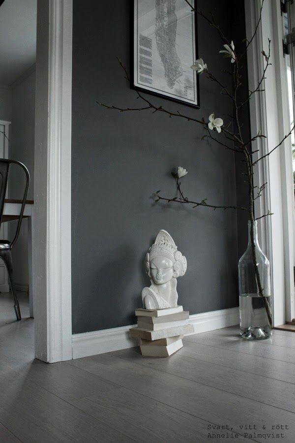 magnolia kvsit inomhus, ta in våren, inreda med natur, inredning, inspiration, vårtips, ta in våren, vårträd, vårblommor, vit parkett, ljus parkett, perkettgolv, plankgolv, böcker i stilleben, vit skulptur, loppisfynd, gråa väggar, vardagsrum, interior, home