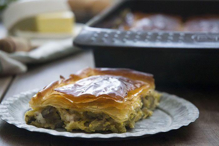 Receta de cómo hacer pastel griego de berenjenas con pasta filo, queso feta, hierbas y huevo. Explicado paso a paso y con fotografías. Delicioso!