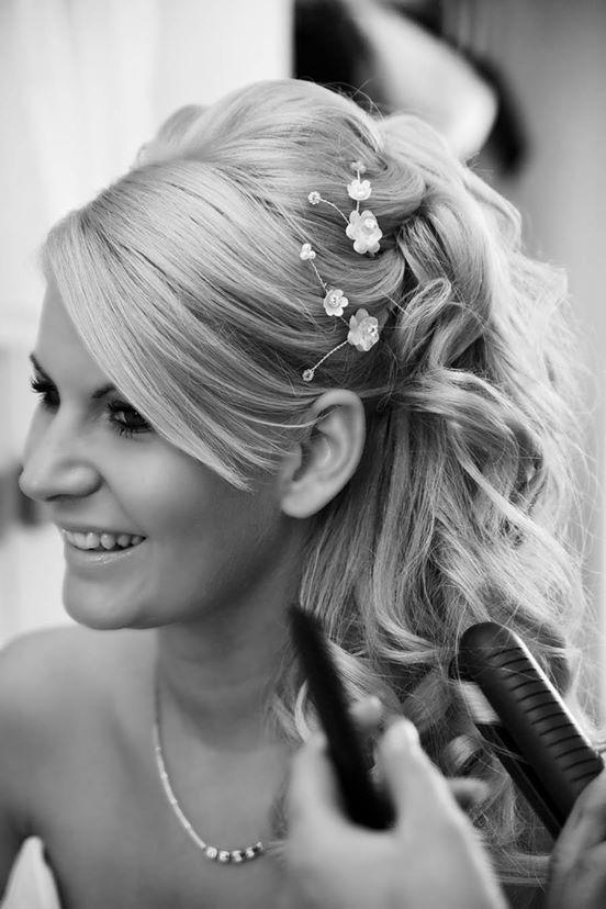 Könnyed, félig feltűzött, göndör menyasszonyi frizura