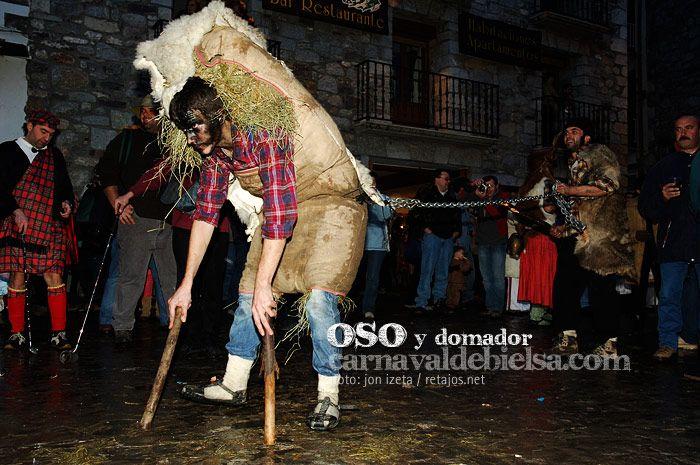 El oso y el domador del Carnaval de Bielsa, uno de los carnavales tradicionales de Huesca. Foto: Jon Izeta Carnaval de Bielsa.