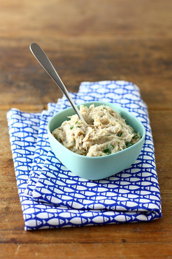 1 gerookte makreel - 2 volle eetlepels mayonaise - 2 volle eetlepels Franse kwark - 1/2 citroen - witte peper - zeezout - handje platte peterselie