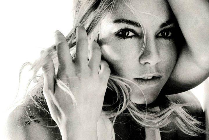 Всего полтора года назад Сиенна Миллер с обложки Vogue провозглашала, что избегает соцсети – но времена меняются, и даже Сиенне пришлось завести аккаунт в Instagram (судя по его содержимому, отчасти актриса сделала это ради промоушена своих новых проектов).