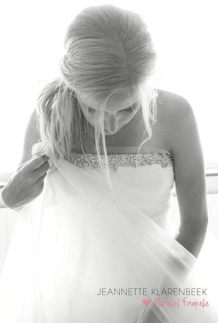 Mooie bruid tijdens het aankleden.