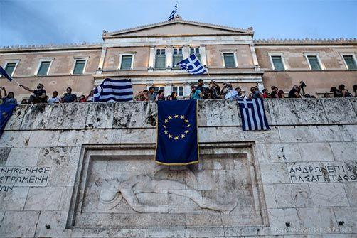 19-6-2015 Διαδηλωτές έχουν κρεμάσει τη σημαία της Ευρωπαϊκής Ένωσης πάνω απο το Μνημείο του Αγνώστου Στρατιώτη κατα τη διάρκεια συγκέντρωσης υπέρ της παραμονής της χώρας στην Ε.Ε.