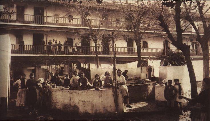 El Corral del Conde ha sido el mayor de todos los corrales de vecinos, data desde 1561; todavía mantiene la fuente lavadero de la época; fue adaptado ha edificios de apartamentos entre 1981-1984. https://es.foursquare.com/item/50a4c137e4b060a8031f0469