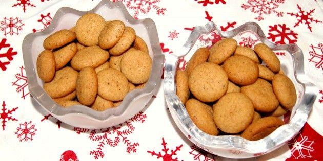 Små pebernødder er en forrygende sprød lille småkage med en perfekt sammensætning af julens bedste krydderier. Og så er de tilmed virkelig nemme at lave.