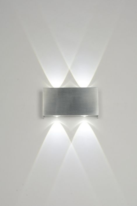 artikel 71541 Bijzondere wandlamp, zowel geschikt voor binnen als buiten, voorzien van LED.  LED is zeer zuinig in gebruik en staat bekend om zijn lange levensduur. Tevens wordt het armatuur niet heet tijdens het gebruik.https://www.rietveldlicht.nl/artikel/wandlamp-71541-modern-design-aluminium-geschuurd_aluminium-rechthoekig