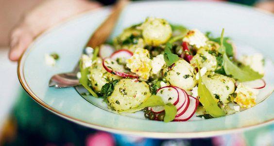 Juhlien perunasalaatti tehdään pienistä varhaisperunoista. Kastikkeeksi sopii vihreä yrttikastike.