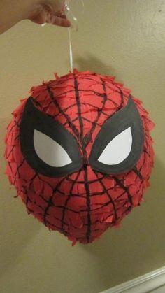 O una piñata del Hombre araña, con un globo grande, poniendo capa tras capa de engrudo + periódicos. Sólo dibuja en cartulina los ojos de Spiderman y con un marcador negro, las rayas de la telaraña: