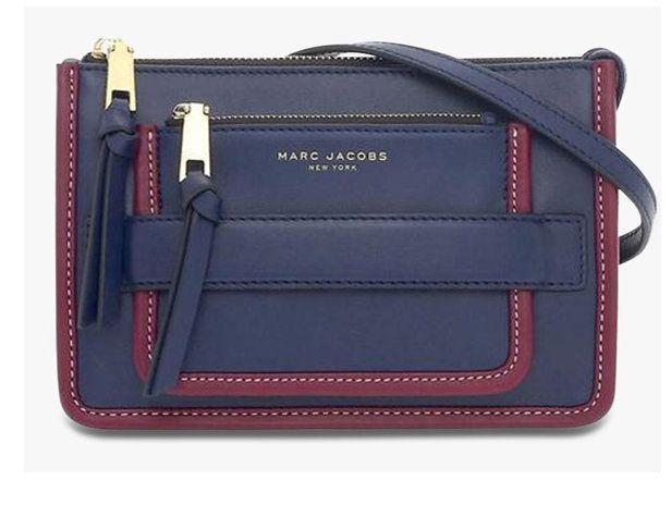 """Marc Jacobs présente son nouveau it-bag, baptisé """"Madison"""". Il s'agit d'un sac en cuir de style urbain et élégant. Le Madison se distingue par un compartiment zippé à l'avant ainsi qu'une bride permettant de glisser sa main pour le porter. Ce sac à main chic et moderne est proposé à 320€ sur le site du…"""