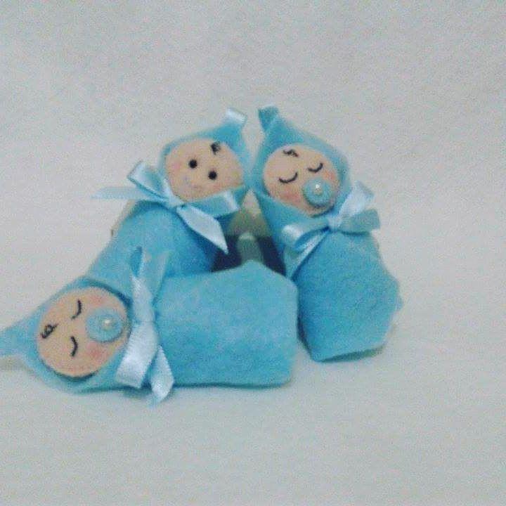 Bebê na manta ou no carrinho    Peça confeccionada em feltro. Versâo de carrinho, bebê no carrinho e na manta. Podem ser feitos como chaveiros, sachês ou imãs.  Preferência de cores a escolha do cliente