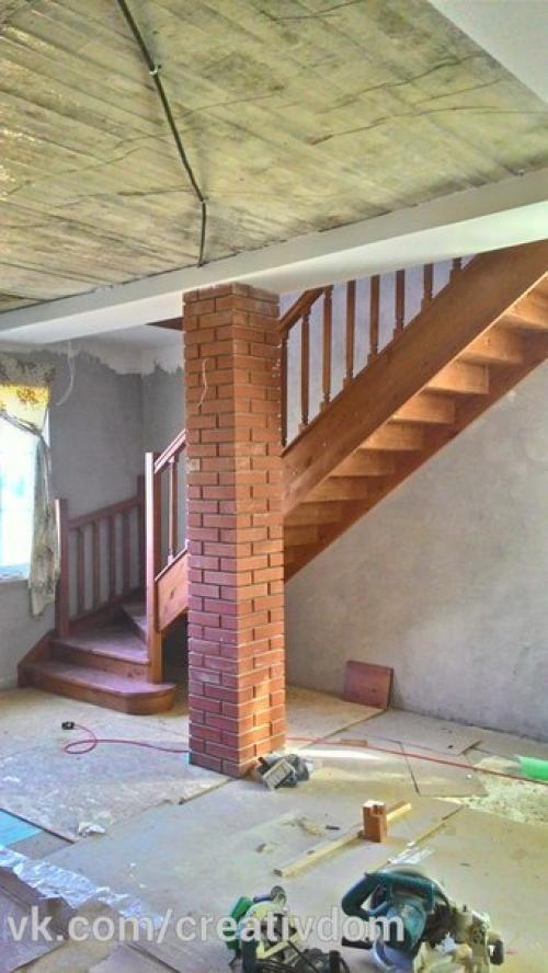 Установлена деревянная лестница с забежными ступеньками в повороте с ограждением…