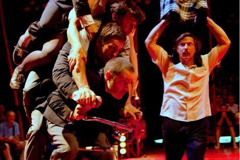 La démocratie belge, quel cirque! - Avec «Le Cirque Démocratique de Belgique», Pol & Freddy font un carton (de vote)! C'est vous, spectateurs électeurs, qui décidez des étapes du spectacle, mais attention aux acrobatiques tactiques clientélistes des artistes. Hilarant! Un must de La Piste aux Espoirs. Critique