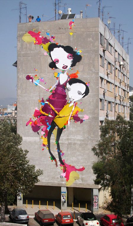 Mirad que  contraste produce este graffiti tan colorido en este edificio triste en Atenas.