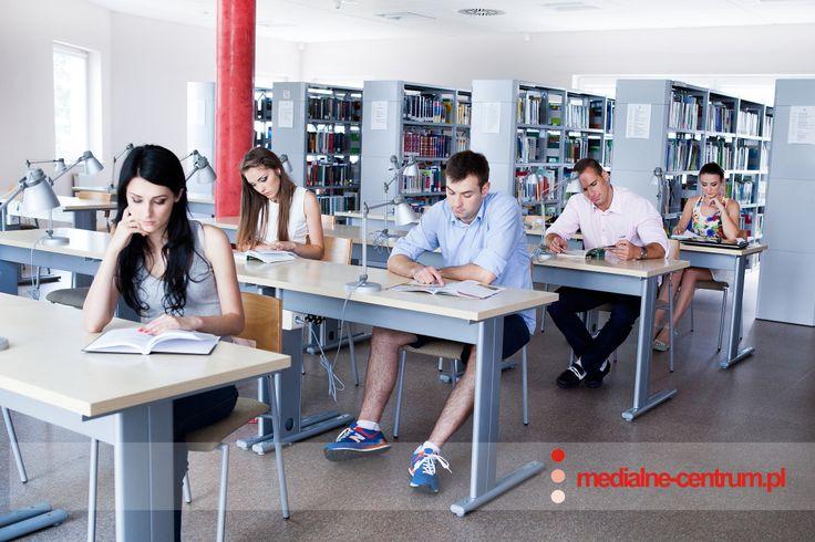 Młodzi szczęśliwi ludzie, zajęcia na uczelni, biblioteka, studenci, sesja letnia, wakacje
