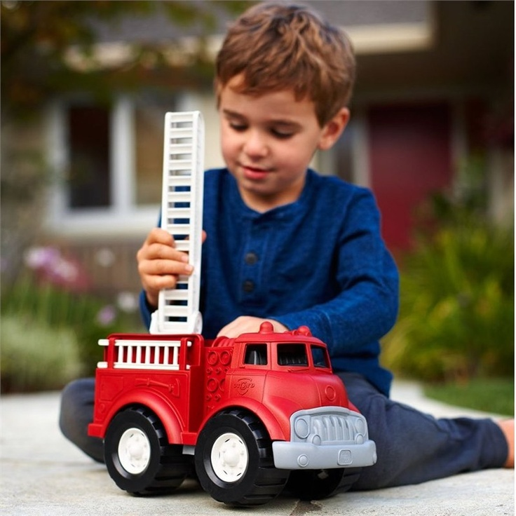 Brandweerauto gemaakt van gerecycled materiaal. Green Toys maakt mooi speelgoed van oude melkflessen.