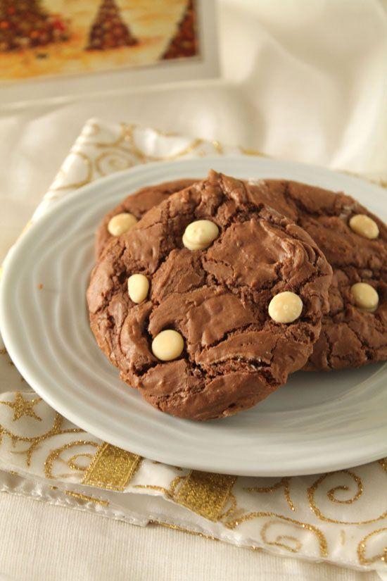 Σοκολατένια μπισκότα με ζαχαρούχο γάλα και σταγόνες λευκής σοκολάτας