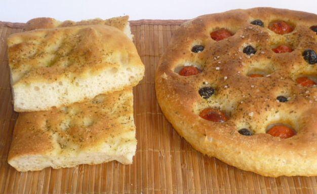focaccia con esubero di lievito madre, come utilizzare l'esubero di lievito, con pomodorini e olive nere, focaccia croccante fuori e morbida dentro
