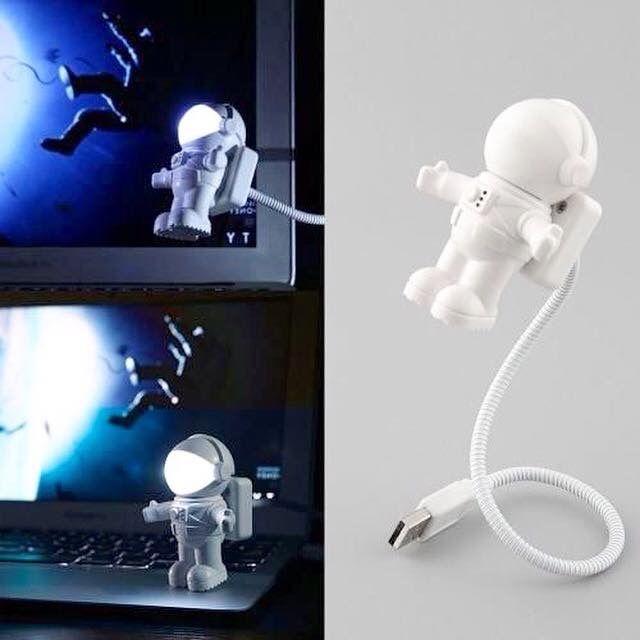 Um astronauta flutuando pelo espaço enquanto te dá aquela luz durante o trabalho!  Disponível em nosso site: www.ivyshop.com.br #luminaria #led #abajur #astronauta #espaço #nasa #decoração #casa #criativos #presentes #usb #enxoval #comprinhas #mimos
