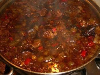 Pittige indische rundvleesstoofpot. Ik heb iets minder rode peper gebruikt en vond het precies goed zo.  Beetje pittig en een beetje zoet. Een aanrader!
