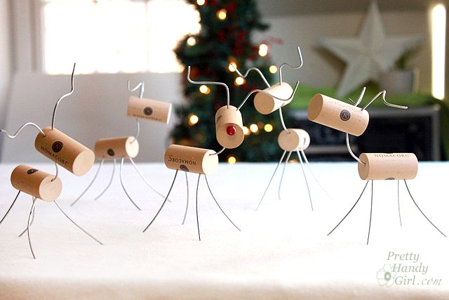 Reindeer with corks. Quick, cute, Holiday craft.   http://www.prettyhandygirl.com/2012/12/wine-cork-reindeer-quick-cute-holiday-craft.html